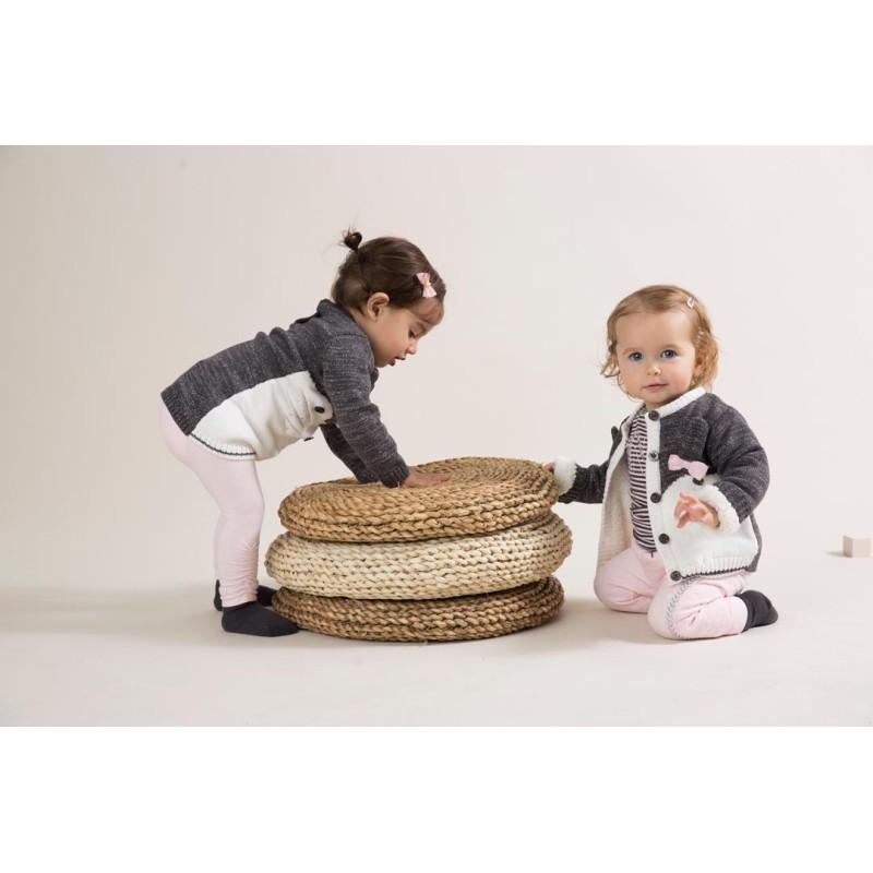 Ζακέτα κοριτσιού πλεκτή με κουμπάκια σε γκρι-λευκό χρώμα με σχέδιο γατάκι και φιογκάκι στο μπροστινό μέρος της εταιρίας Dirkje