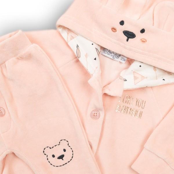 Σετ κοριτσιού 3 τεμαχίων βελούδινη φόρμα  (μπλούζα σχέδιο ζωάκι,ζακέτα με κουκούλα σχέδιο αυτάκια,παντελόνι με κουμπιά μπροστά ) σε  ροζ - σομόν  χρώμα της εταιρίας Dirkje