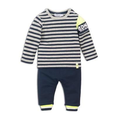 Σετ αγοριού 2 τεμαχίων βαμβακερή μπλουζάκι φούτερ σε μπλε-γκρι ριγέ χρώμα με σχέδιο κίτρινο στο μανίκι και παντελόνι σε μπλε χρώμα της εταιρίας Dirkje